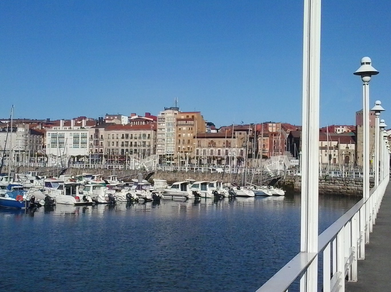 Gijón: Cimavilla at day. Swimming, sun bathing, boating – just some of the fun in a city full of beaches.